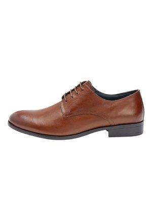 TAN ROUND TOE DERBY SHOES - Elegantní šněrovací boty - brown