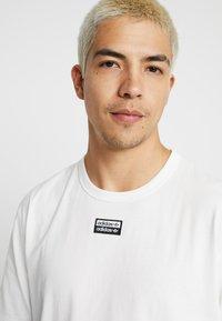 adidas Originals - REVEAL YOUR VOICE TEE - T-shirt - bas - core white - 4