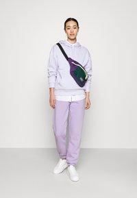 Monki - Pantaloni sportivi - lilac purple medium dusty - 1