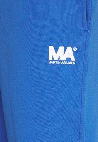 Martin Asbjørn - TRACKPANTS - Pantalon de survêtement - classic blue - 2