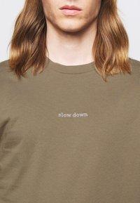 forét - QUIET - Print T-shirt - stone - 5