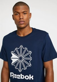 Reebok Classic - BIG LOGO TEE - T-shirt imprimé - conavy - 4