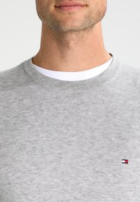 Tommy Hilfiger - C-NECK - Sweter - cloud heather - 3
