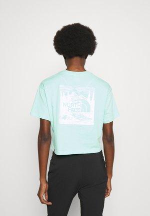 SIMPLE DOME TEE - Printtipaita - surf green/white