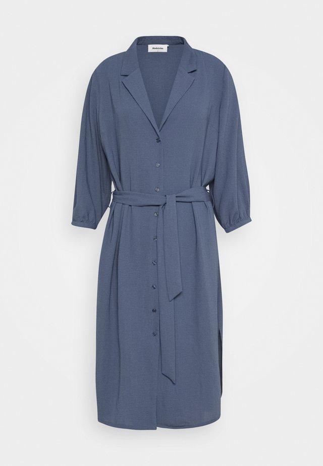 FLOW DRESS - Skjortklänning - vintage blue