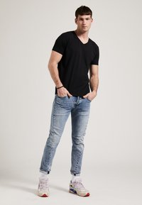 Phyne - THE V-NECK - T-shirt basique - black - 1