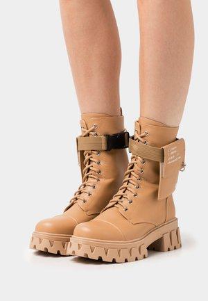 VEGAN BANSHEE - Kotníkové boty na platformě - tan