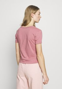 Calvin Klein Jeans - VEGETABLE DYE MONOGRAM BABY TEE - Print T-shirt - brandied apricot - 2