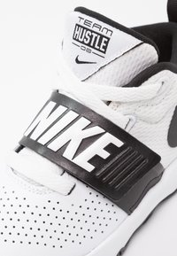 Nike Performance - TEAM HUSTLE D 8  - Basketball shoes - white/black - 5