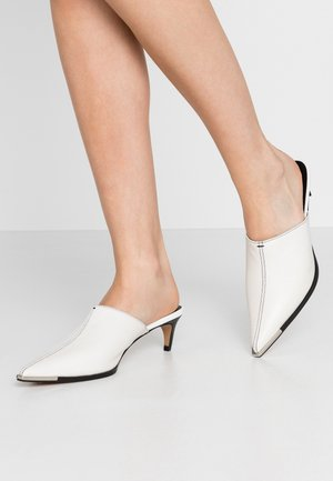 JUICY WESTERN MULE - Heeled mules - white