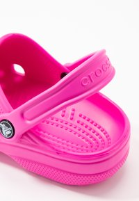 Crocs - CLASSIC - Slippers - electric pink - 2