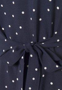 Anna Field Petite - VOLANT BELT DRESS - Sukienka letnia - dark blue/white - 2