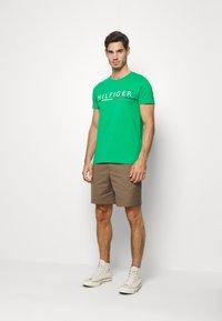 Tommy Hilfiger - GLOBAL STRIPE TEE - T-shirt z nadrukiem - green - 1