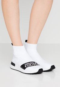 Versace Jeans Couture - High-top trainers - bianco ottico - 0