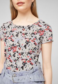 QS by s.Oliver - BLUMENMUSTER - Print T-shirt - apricot aop - 3