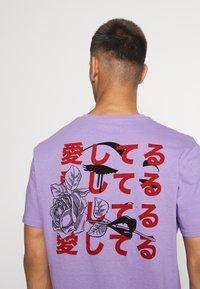 YOURTURN - UNISEX - Print T-shirt - purple - 3