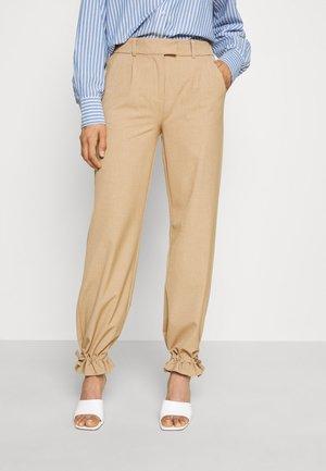 BYDANTA PLEAT PANTS  - Spodnie materiałowe - tannin melange
