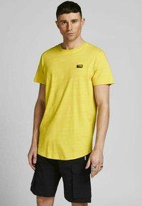 Jack & Jones - SLIM FIT - Print T-shirt - yellow - 0
