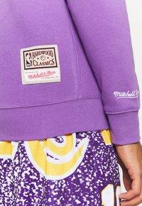 Mitchell & Ness - NBA LOS ANGELES LAKERS WARM UP PASTEL CREW - Squadra - purple - 4