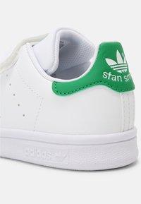 adidas Originals - STAN SMITH UNISEX - Trainers - white/green - 6