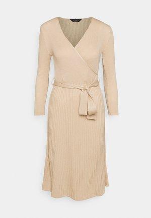 WRAP DRESS - Pletené šaty - camel