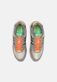 adidas Originals - ZX 1000 UNISEX - Trainers - feather grey/grey four/semi screaming green - 5