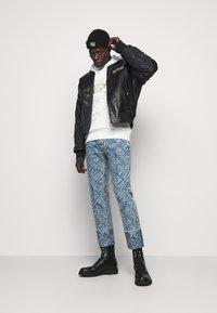 Versace Jeans Couture - FELPA - Sweat à capuche - white - 1