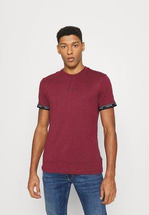 ARCHIVE LOGO TAPE - Print T-shirt - tawny port