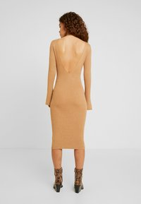 4th & Reckless Petite - COREY MIDI DRESS WITH LOW V SHAPED BACK - Robe pull - camel - 3