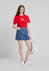 Tommy Jeans - EMBROIDERY GRAPHIC TEE - T-shirt imprimé - flame scarlet - 2