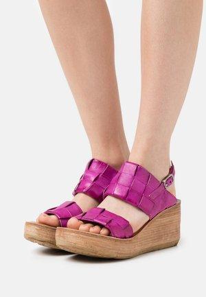 Platform sandals - fuchsia