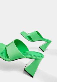 Bershka - Sandály s odděleným palcem - green - 6