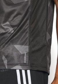 adidas Performance - RESPONSE PRIMEGREEN RUNNING SHORT SLEEVE TEE - Print T-shirt - grefou/grefiv/gresix - 5