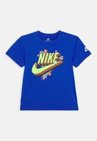 Nike Sportswear - 90'S BEACH PARTY TEE - Print T-shirt - game royal - 0