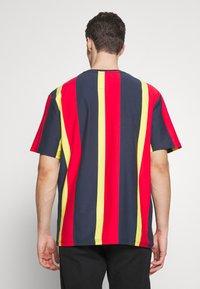 Karl Kani - UNISEX SIGNATURE STRIPE TEE - Print T-shirt - navy - 2