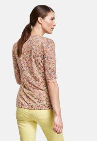 Gerry Weber - MIT FLOWERPRINT - Print T-shirt - lila/pink/grün druck - 1