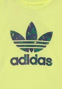 adidas Originals - TEE UNISEX - Camiseta estampada - pulse yellow - 2