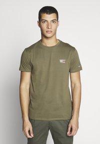Tommy Jeans - CHEST LOGO TEE - T-shirt z nadrukiem - uniform olive - 0