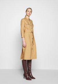 Pedro del Hierro - POPLIN DRESS WITH POCKETS - Kjole - light khaki - 0