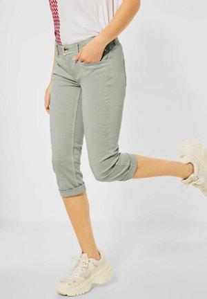 CASUAL FIT IN 3/4 - Denim shorts - grün