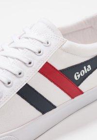 Gola - VARSITY VEGAN - Sneakersy niskie - white/navy/red - 5