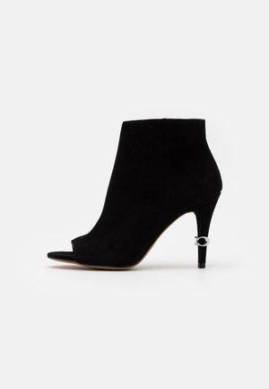 REMI BOOTIE - Kotníková obuv na vysokém podpatku - black