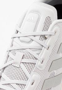 adidas Performance - SUPERNOVA - Hardloopschoenen neutraal - glow grey/core black - 2