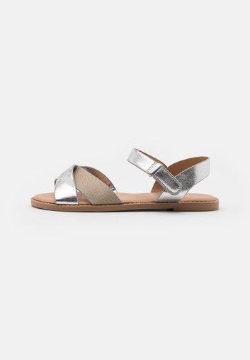 CROSSOVER TEXTURED  - Sandaalit nilkkaremmillä - silver
