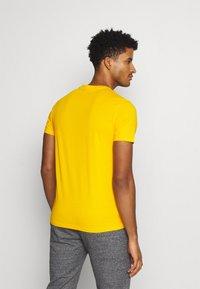 Champion - CREWNECK - T-shirts basic - yellow - 2