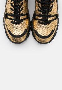 Toral - Sneakers basse - gold/black - 5