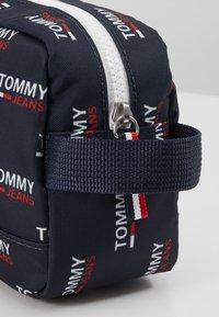 Tommy Jeans - TJM COOL CITY WASHBAG NYL PNT - Accessorio da viaggio - white - 6