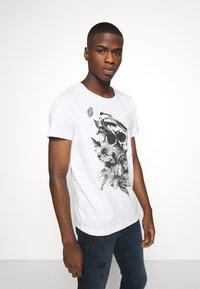 Jack & Jones - JORBRIAN  - T-shirts print - cloud dancer - 0