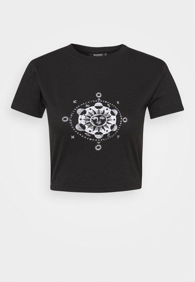 GRAPHIC CROP - Printtipaita - black