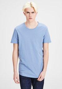 JJPRHUGO TEE CREW NECK  - T-paita - light blue